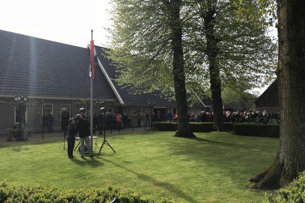 Koningsdag: Vlag hijsen bij de Zwerfkei