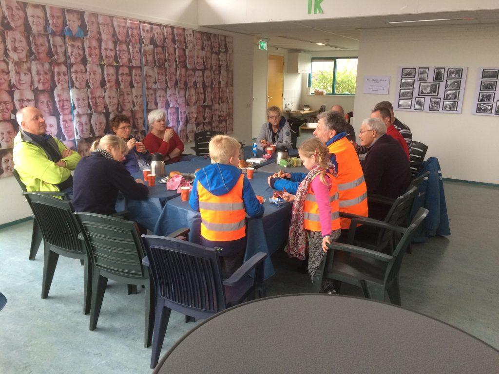 De vrijwilligers aan de koffie
